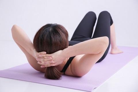 クランチで腹筋を鍛えるときのありがちNG姿勢