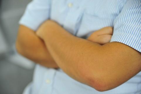 腕を組むクセは三角筋の衰えが原因かもしれない