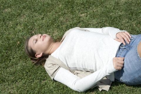 腹式呼吸のやり方が難しい人は仰向けでお腹に本