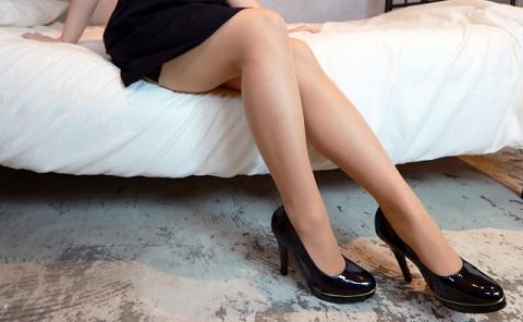 ヒラメ筋の筋トレは椅子に足を組んでかかと上下