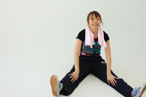 女性の腹筋運動は上体を起こさずに顔だけ上げる