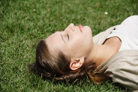腹横筋の筋トレは床に寝て首を持ち上げるだけ