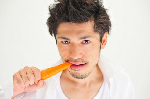 噛み合わせは割り箸を口にくわえてチェックする