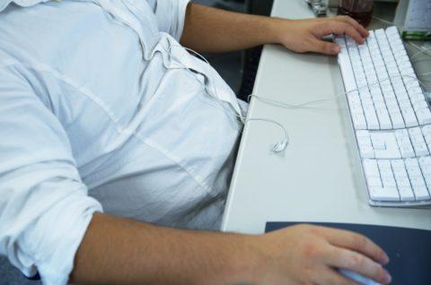 デスクワークの合間にできる腹横筋エクササイズ