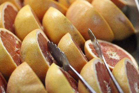 グレープフルーツの切り方を半分にする米国流