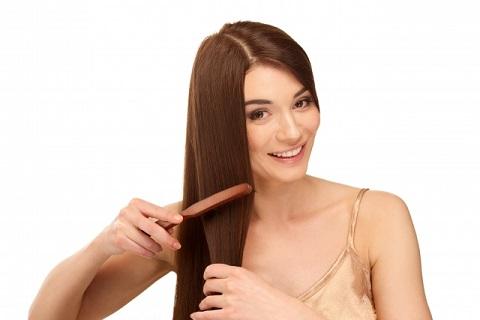 髪のパサつきを抑えるシャンプー前ブラッシング