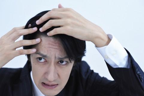 頭皮が硬い原因はふだん眉間にシワを寄せるクセ