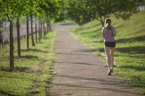 速く走るコツは体幹に力を入れた少しの前傾姿勢