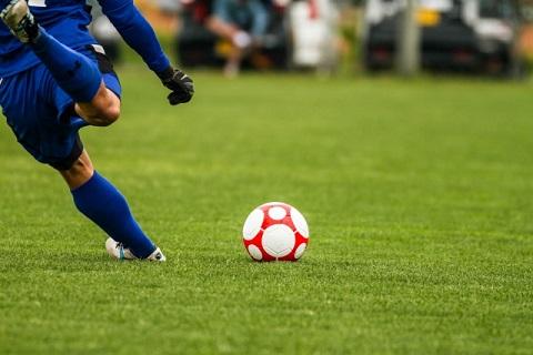 強いインステップキックは足の甲の少し上で蹴る