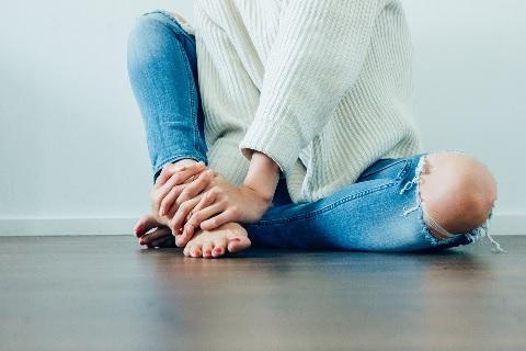 皮下脂肪をつまんでひざの痛みを解消する方法
