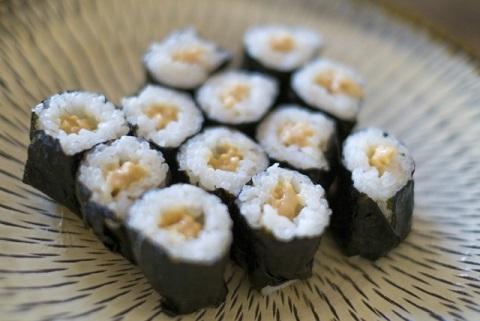 筋肉をつける食事には納豆巻きと鮭にぎりを選ぶ