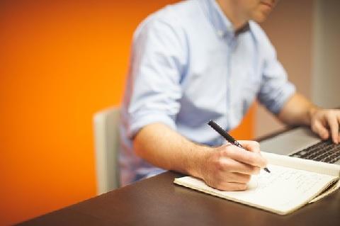腸腰筋の鍛え方はオフィス机に座ったままが簡単