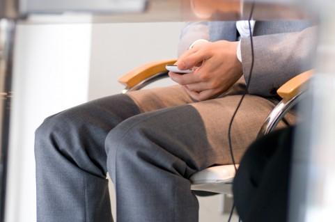 レッグレイズはオフィスで座ったままでもできる