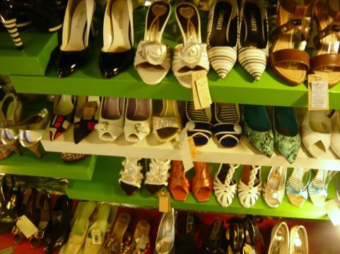 ぺたんこ靴の流行で女性の尿漏れが増えている