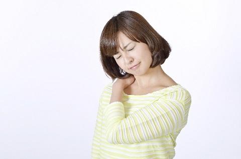 肩こり体操は肩の部分の服をつまんで大きく回す