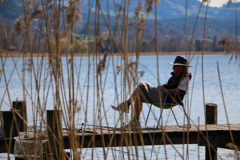 足を組む座り方は体にさまざまな悪影響を与える