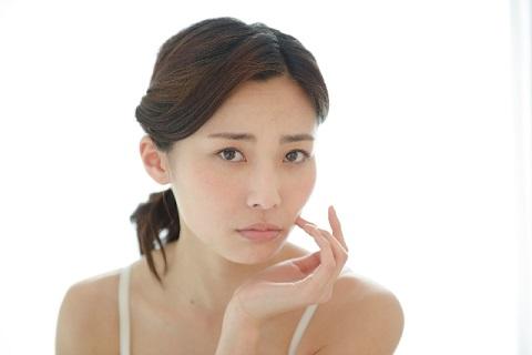 顔のたるみの原因「縮み首」をチェックする方法