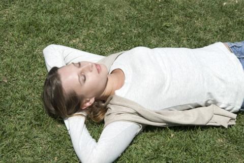 腹斜筋の鍛え方は仰向けで行う頭起こしが効果的
