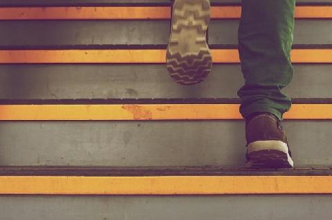 階段は上り方次第で腹横筋と大腰筋を鍛えられる