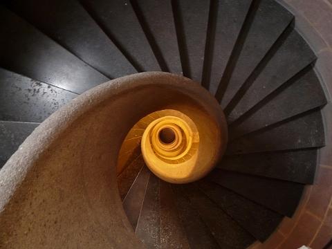 腸腰筋の筋トレ!!階段をゆっくり下りて便秘解消