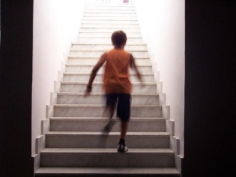 階段を上りながら大腰筋の筋トレを実践する方法