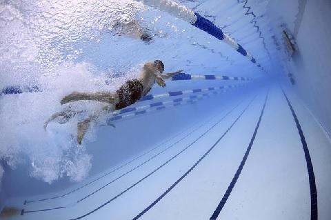 腸腰筋の筋トレに効果のある水泳のキック動作