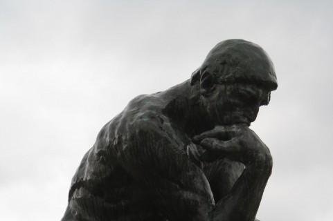 排便ポーズの理想形は「考える人」の前傾姿勢