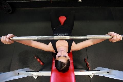 大胸筋上部を鍛えるインクライン・ベンチプレス