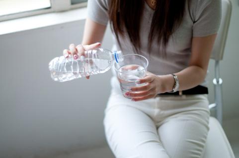 お尻の筋肉をペットボトルをつぶして鍛える方法