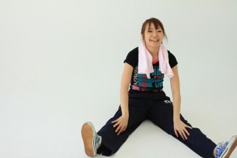 女性の腹筋運動は足を上げてやる